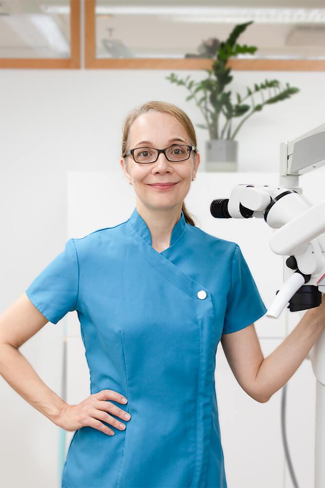 Kariologian ja endodontian eli paikkaushoidon ja juurihoidon erikoishammaslääkäri Anu Lampinen