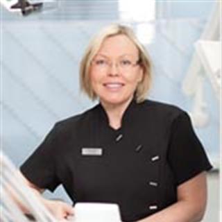 Parodontologian eli iensairauksien erikoishammaslääkäri Tuula Raitanen